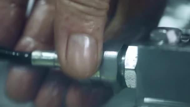 Mano delloperaio fissaggio tubo flessibile allunità. Attrezzature per impianti idraulici riparazione idraulico