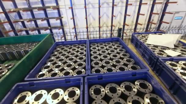 A raktári polcok fém termékek szállítására, gyári targonca