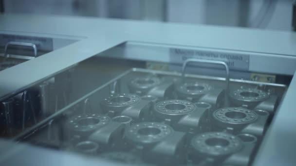 Robot, montáž průmyslových výrobků v továrně. Průmyslový robot pracovní