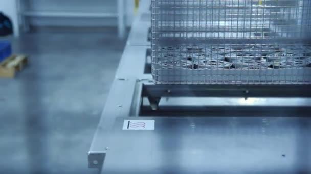 Obrábění kovů zpracování výrobní linky v závodě. Proces zpracování kovových dílů