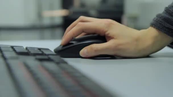 Büroangestellte während der Arbeit mit der Computer-Maus