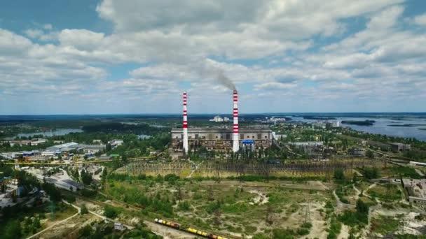 Industriebetrieb Exterieur mit Rauch aus dem Schornstein. Aerial Landschaft