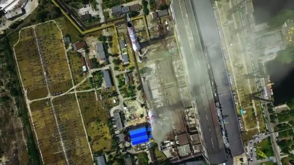 Industriekomplex mit Schornsteinen an sonnigen Tagen. Drohnen aus der Luft