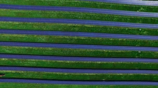 Sluneční farma čisté, obnovitelné energie. Letecký krajina solárních panelů