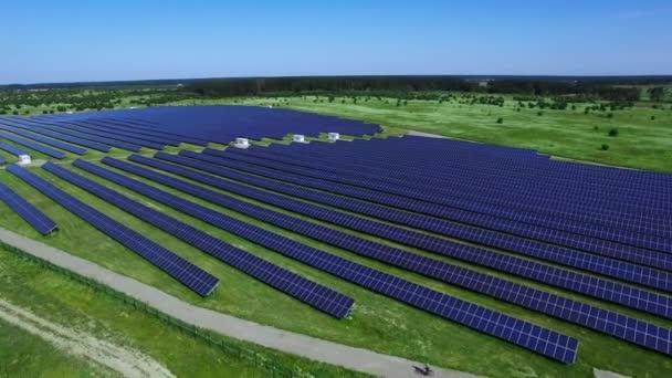 Moderní solární farmu produkující čisté, obnovitelné energie. Sluneční energie podnikání