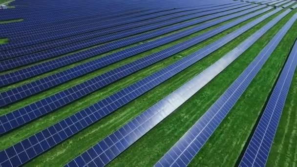 Pannelli solari fotovoltaici assorbono la luce solare. Filari di celle solari