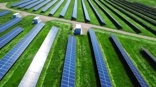 Letecký pohled na solární elektrárny. Solární panely na výrobu elektrické energie