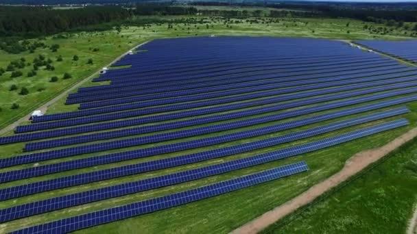 Průmyslové solární farmu produkující čisté, obnovitelné energie ze slunce