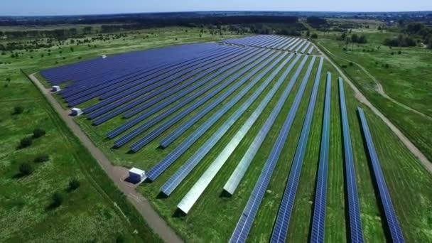 Alternativní energie rostlin s solární moduly. Sluneční farma výrobu čisté energie