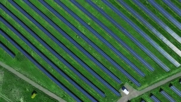 Antennenlandschaft mit Solarzellen für erneuerbare Energien. Ökologische Energiewirtschaft