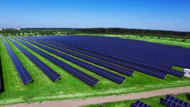 Letecký pohled na obnovitelné elektrárny s průmyslovým solární panely