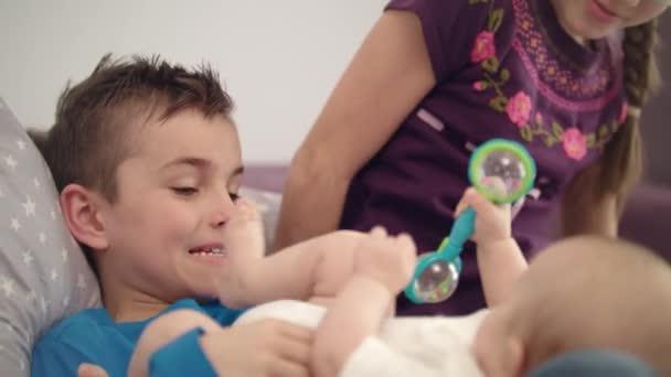 Sourozenci hrát s dítětem. Detailní záběr ze tří děti zabavit doma