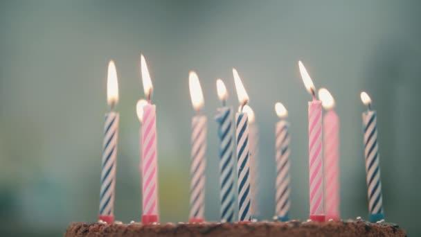 Égő gyertya, születésnapi torta. Édes desszert párt. Születésnapi gyertyák
