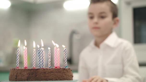 Chlapec na narozeninový dort s plameny svíček. Všechno nejlepší k narozeninám koncept