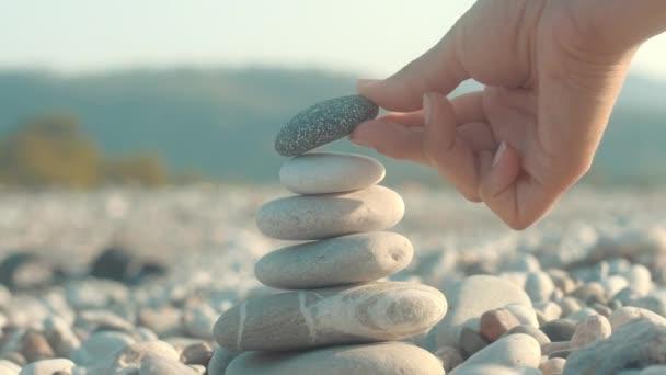 Kő Vértes egyensúlyt. Női kézi gyártás kavics torony a tenger kövek