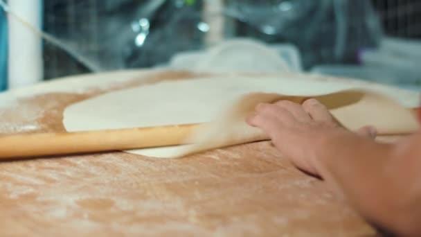 Vaření z kulaté základy pro pizzu válečkováním v pekárně rychlého občerstvení