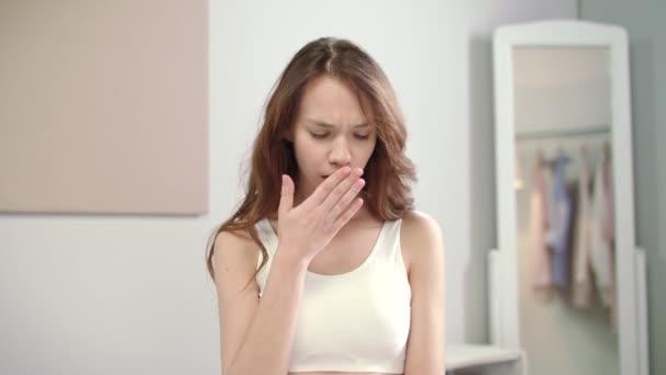Grippe Frau Gefühl Halsschmerzen am Morgen. Kranke Frau berühren Wunden Hals im Bett