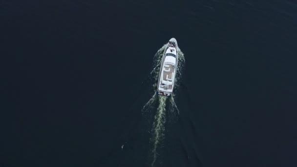 Pohled shora na luxusní lodi, plující na modrý oceán. Letecký pohled na jachty plachetnice moře