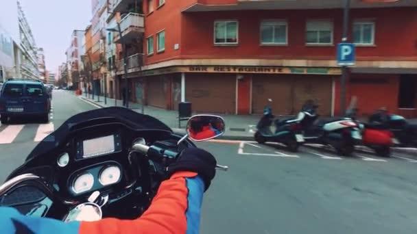 Muž jízda motocyklů na městské ulici. Pohled zezadu na dodání kurýrem
