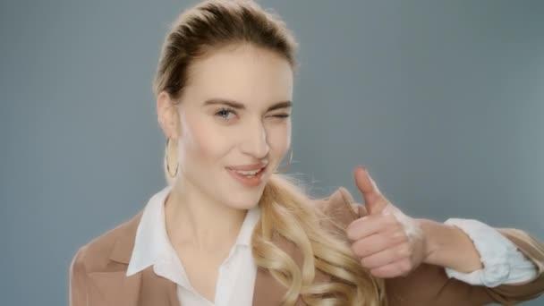 Obchodní žena ukazuje palec. Znamení úspěchu elegantní osoba