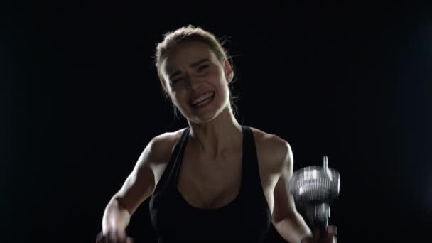 Sportovní žena oslavující sportovní vítězství v rukou vítězné trofeje