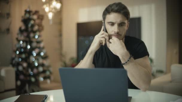 Obchodní muž pracuje doma na vánočním dovolené. Telefon s podnikatelem