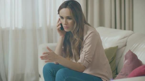 Wütende Frau telefoniert zu Hause. Porträt einer aufgebrachten Person Handy anrufen