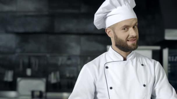 Šťastný kuchař s noži. Šéfkuchař pro hraní kuchyňských nástrojů