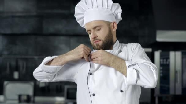 Kochmann bereitet sich in der Restaurantküche auf das Kochen vor. Porträt eines ernsthaften männlichen Kochs.