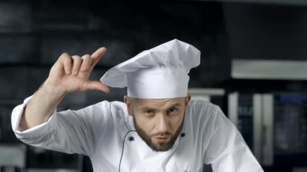 Kochmann posiert in der professionellen Küche. männlicher Koch bereitet sich auf das Kochen in der Küche vor.