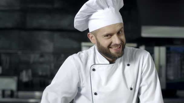 glücklicher Koch macht ok Geste in der gewerblichen Küche. Koch Mann posiert in der Küche