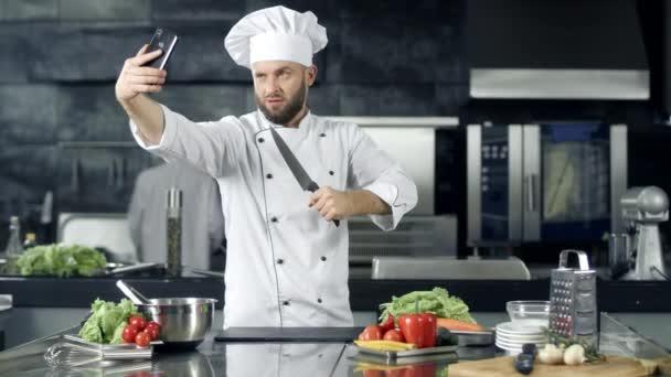 Šéfkuchařka, co si vzala fotky v kuchyni. Profesionální kuchař s nožem