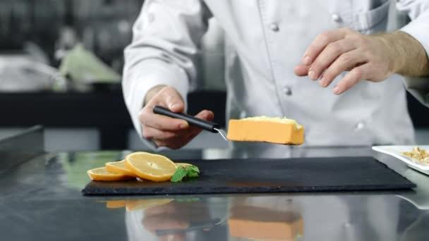 Šéfkuchař pouští do kuchyně poušť. Closeup kuchař ruce vařit dort.