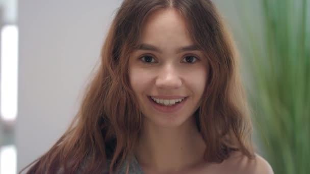Portré mosolygós nő a nyelv nyalás, hogy fehér fogak első tükör fürdőszoba