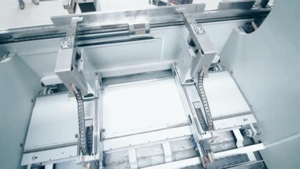 Automatizált vezeték fémalkatrészek feldolgozásához. Gyártóberendezések a gyárban