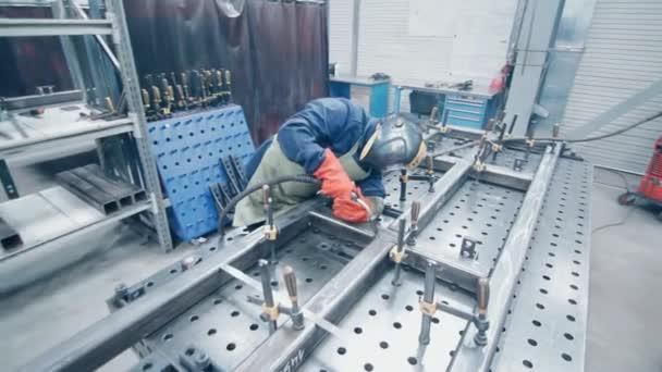 Arbeiter in Schutzanzug und Maske, die Metallschweißen. Werksschweißer