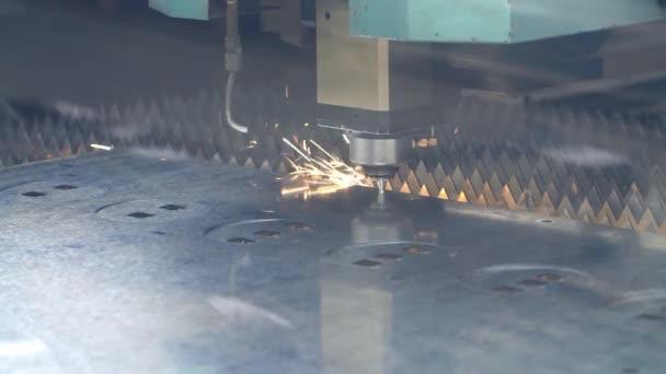 CNC textilní zařízení pro řezání laserem. Používání high-tech zařízení v těžkém průmyslu