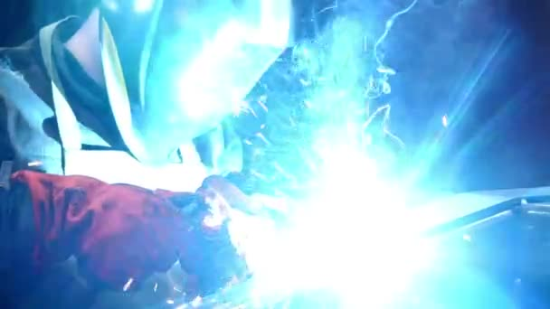 svářeče pracující s elektrodou na Poloautomatické svařování