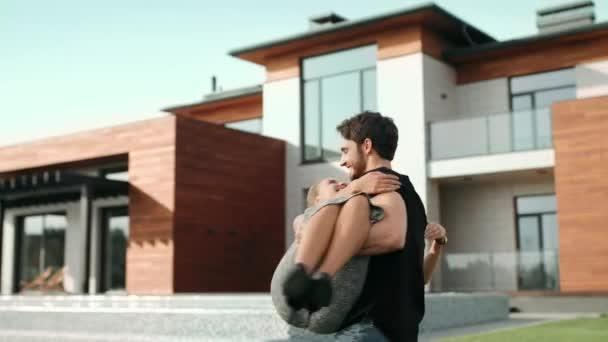 Fiatal férfi gazdaság nő közelében luxusház. Az új Villa közelében gazdag család.