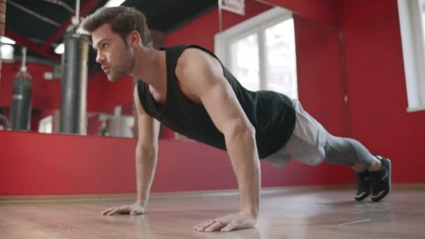 Cvičovací cvičení v fitness klubu.