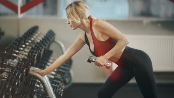 Sportovní cvičení s dunbkem v tělocvičně.