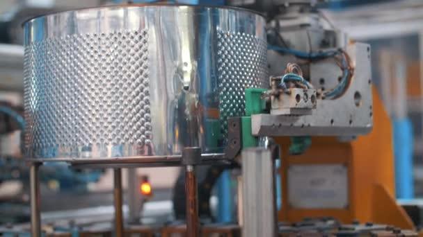 Fertigung von Trommeln für Waschmaschinen an Roboteranlagen in der Fabrik