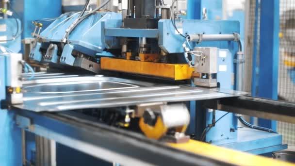 Automatische Bandfertigung Metalldetails. Waschmaschine für die Produktion