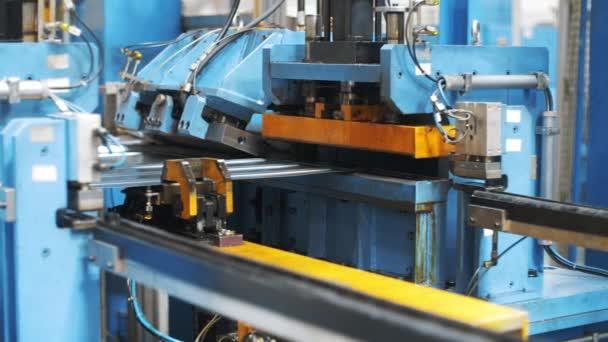 Automatické vybavení pro výrobu kovových částí pro pračku v továrně