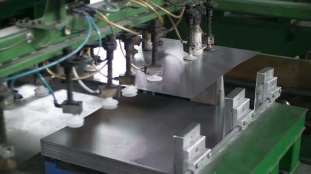 Automatischer Manipulator, der Bleche bewegt. Produktion Haushaltsgeräte