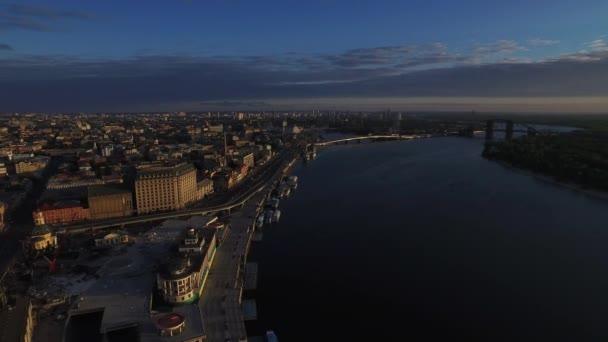 Letecký pohled na večerní Panorama Kyjevské město na nábřeží Dnieper