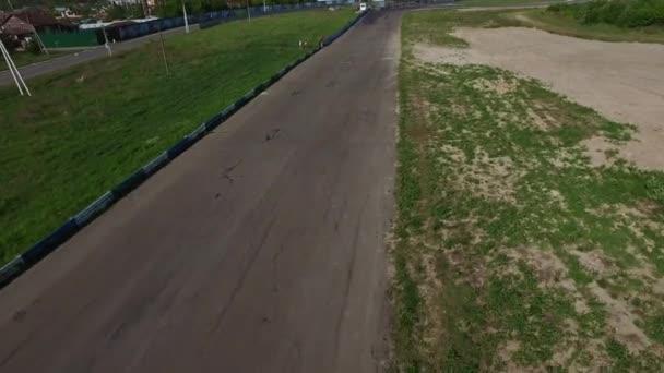 Motocyklista jezdí na sportovní kolo na rychlé silnici. Drone View Moto-konkurence
