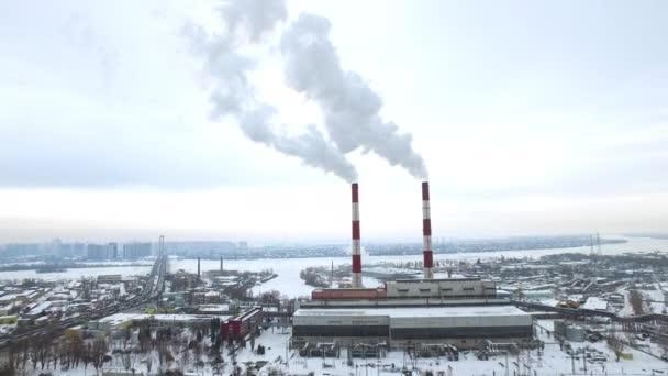 Rauchende Pfeifen auf einem Elektrizitätswerk in einer modernen Stadt