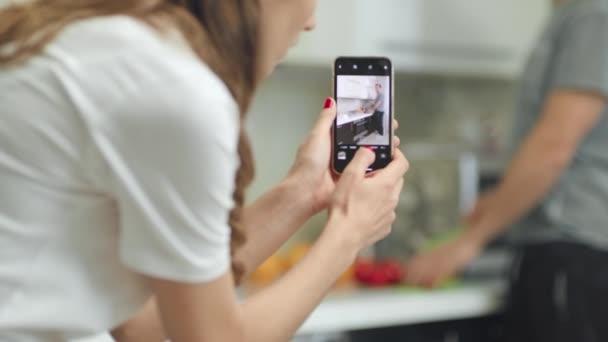 Closeup mani donna facendo video mobili di cibo da cucina maschile.