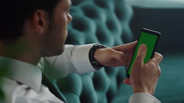Podnikatel procházení internetu na smartphone v kanceláři. Pracovník používající mobilní telefon